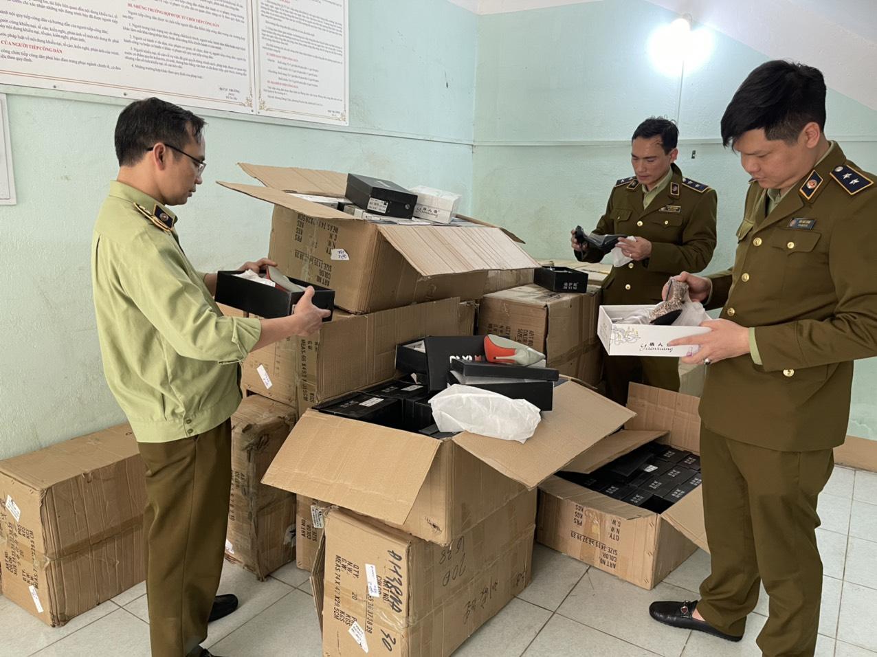 Đội QLTT số 1 phát hiện và tạm giữ 550 đôi giày nữ nhập lậu