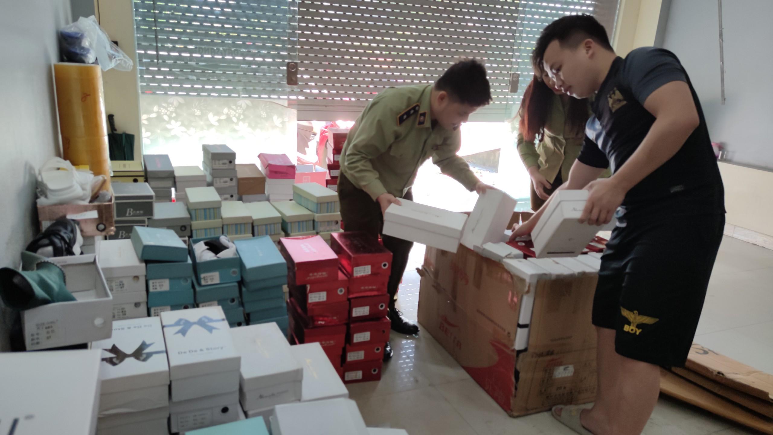 Đội QLTT số 1, Cục QLTT Lào Cai xử phạt 5 triệu đồng và tịch thu hơn 300 đôi giày nữ nhập lậu