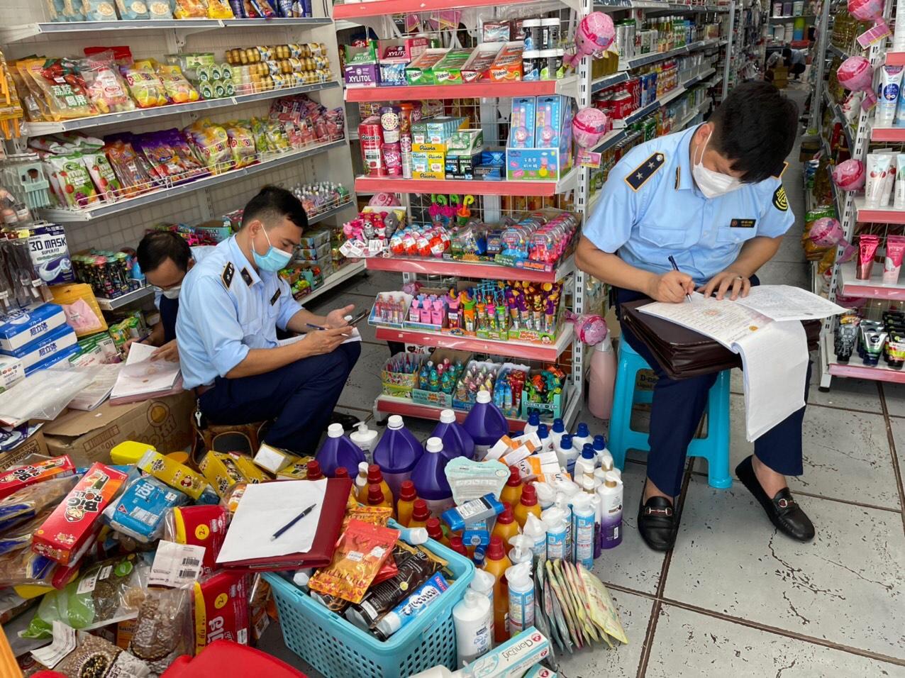 Đội QLTT số 1 - Cục QLTT Lào Cai thu giữ hơn 400 sản phẩm hàng hóa nhập lậu
