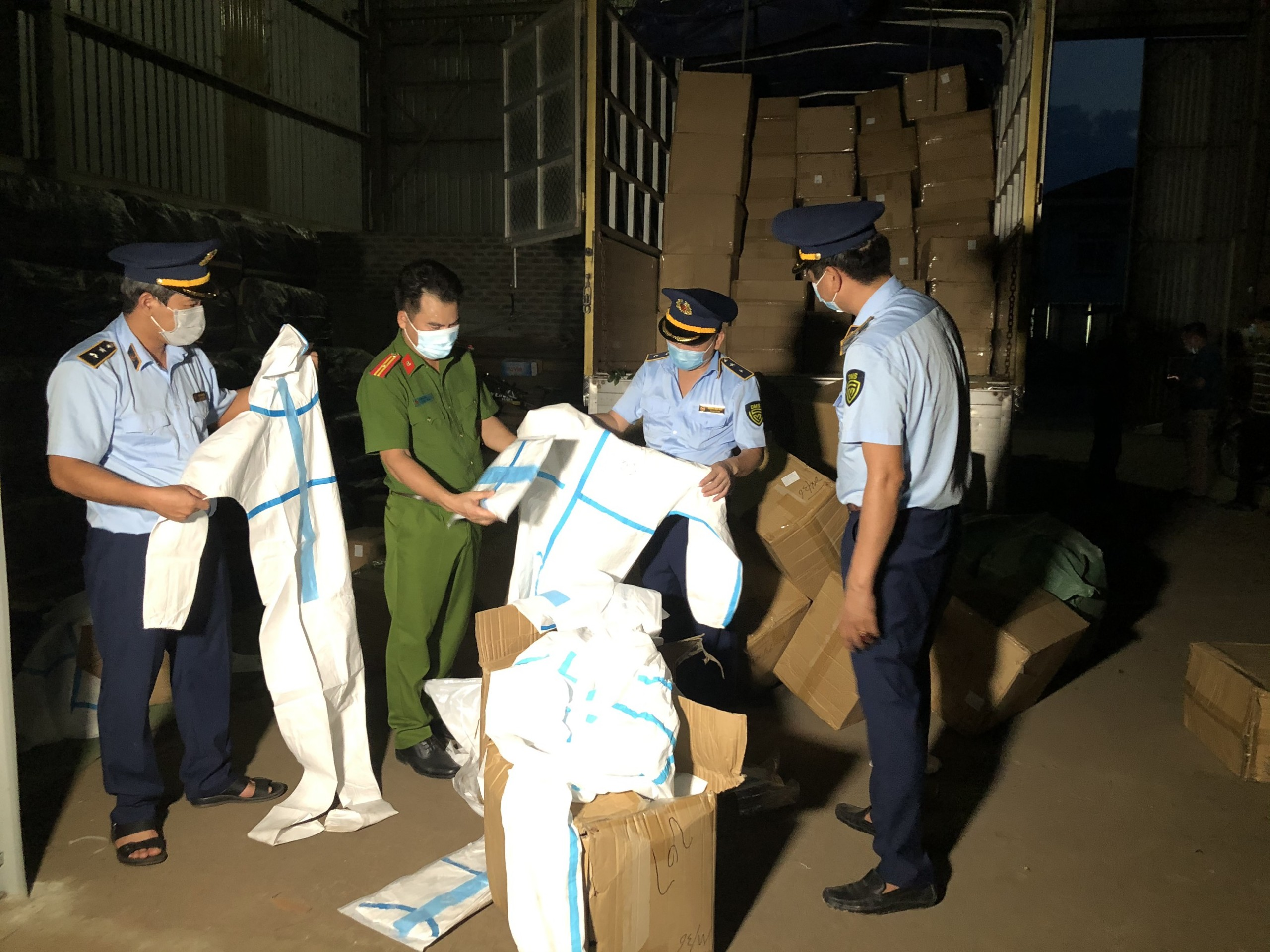 Lào Cai: Ngăn chặn kịp thời 8.310 bộ quần áo bảo hộ y tế không rõ nguồn gốc xuất xứ đang chuẩn bị đi tiêu thụ
